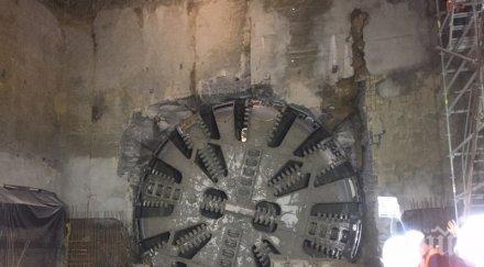 """ЗДРАВА РАБОТА! Пробиха дупката за метрото до бул. """"Гешов"""" (СНИМКИ)"""