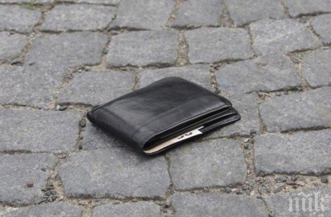 Невероятна история: Възрастен мъж пътува дни наред, за да върне изгубен портфейл