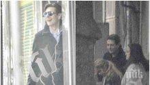 """ФОТО БОМБА В ПИК И """"РЕТРО""""! Виктор Николаев усмихнат след интригите - водещият прекарва дните си като грижовен татко (ПАПАРАШКИ СНИМКИ)"""