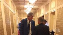 ЕКСКЛУЗИВНО В ПИК! Депутатът от ГЕРБ Лъчезар Иванов с бастун в парламента - гласува твърдо, въпреки контузията (СНИМКИ)