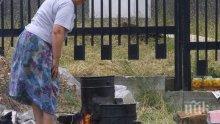 Пламна газова бутилка, докато майка и дъщеря варят компоти