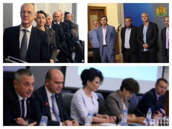 ИЗВЪНРЕДНО В ПИК TV! Тристранният съвет под ръководството на Валери Симеонов заседава под обсадата на КНСБ пред Министерския съвет - ще премахнат ли надбавките за стаж (ВИДЕО)