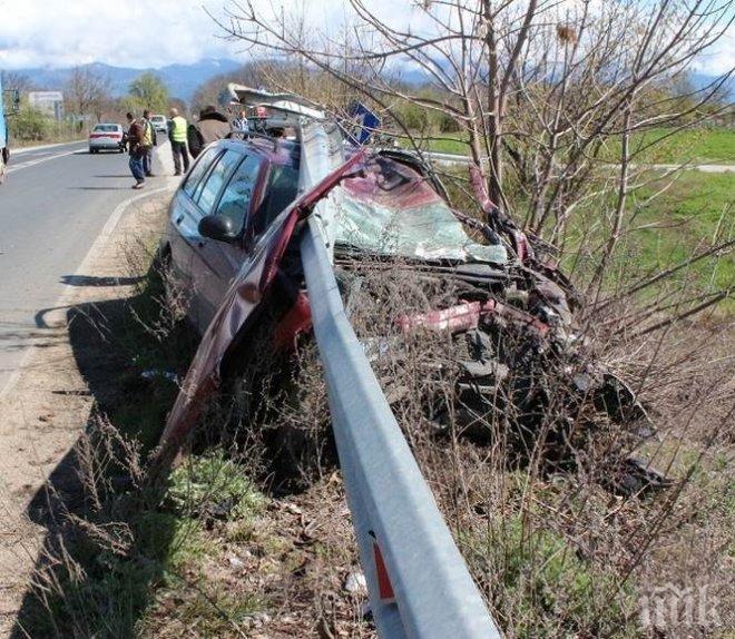 ТЕЖЪК СБЛЪСЪК! Катастрофа на входа на Пазарджик, бус и кола са се потрошили