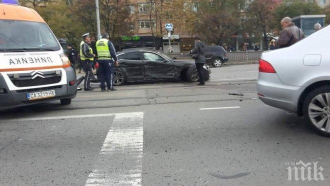Верижна катастрофа на възлово кръстовище в центъра на София (СНИМКИ)