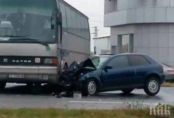 МЕЛЕ НА ПЪТЯ! Кола се заби в автобус, Динко от Ямбол вади ранени