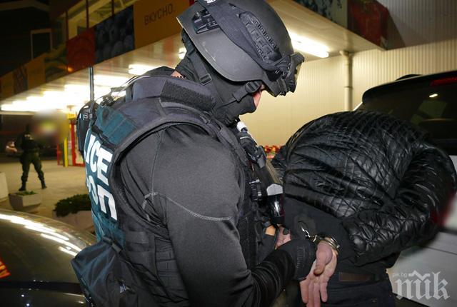 СПЕЦАКЦИЯ! Задържаха двама полицаи, прикривали наркодилъри