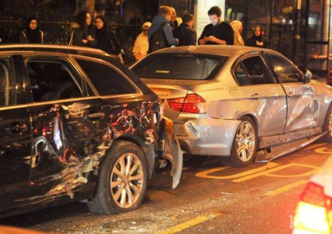Ужасяваща катастрофа в Лондон! Автобус блъска коли наред (ВИДЕО)