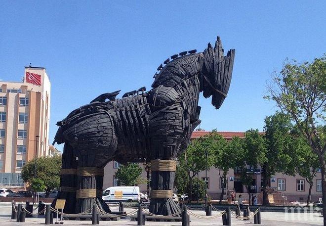 САМОНАДЕЯНО! Мъж загина, падайки от Троянския кон (ВИДЕО)