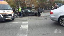 КАТАСТРОФА! Две коли са се ударили в центъра на София, движението е блокирано
