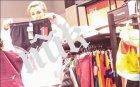 """САМО В ПИК И """"РЕТРО""""! Блатечки спря издръжката на Диляна Попова - красавицата закъса с парите, дебне промоции в мола (ПАПАРАШКИ СНИМКИ)"""
