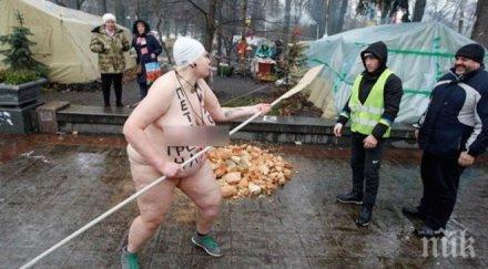 XXL: Огромна гола активистка на ФЕМЕН погна с гребло привърженици на Порошенко (СНИМКИ 18+)