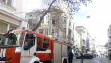 ОТ ПОСЛЕДНИТЕ МИНУТИ! Пламна сграда в центъра на Пловдив (СНИМКИ)