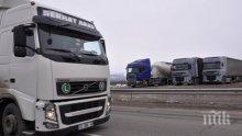 """Камион се обърна на автомагистрала """"Тракия"""" край Пловдив"""