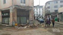 ОТ ПОСЛЕДНИТЕ МИНУТИ! Рухна тераса на стара сграда в центъра на Бургас (СНИМКИ)