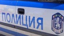 Див екшън! Пияни мъже замерят с керемиди полицаи, пратиха униформен в болница