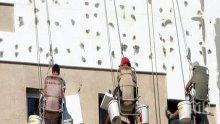 Екшън! Работници по санирането отмъкнаха изолация на блок в Бургас
