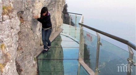 Китайци откриват най-дългия стъклен мост в света
