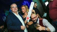 ГОРЕЩО В ПИК! Сгоденият Христо Сираков в тройка с плеймейтката Нора и... (СНИМКИ)