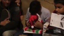 ДО СЪЛЗИ! Баща подари на сина си играчка, говореща с гласа на починалата му майка (ВИДЕО)