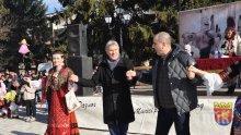 Цветан Цветанов се хвана на хорото с кукерите в Разлог (СНИМКИ)