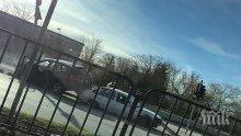 Зрелищна катастрофа до езиковите гимназии в Пловдив! Джип се метна върху кола