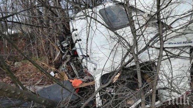Почина шофьорът на тира, катастрофирал на пътя Бургас-Средец (СНИМКА)