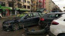 Тежка катастрофа в центъра на София, кола помете други три (СНИМКИ)