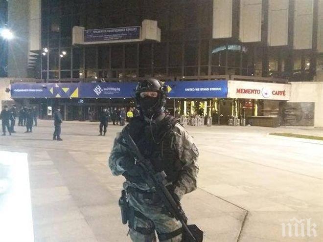 Ето как жандармерия и полиция евакуират хората от НДК (СНИМКИ)
