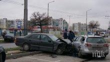 Тежка катастрофа във Варна! Три коли се помляха, ранен шофьор е в болница