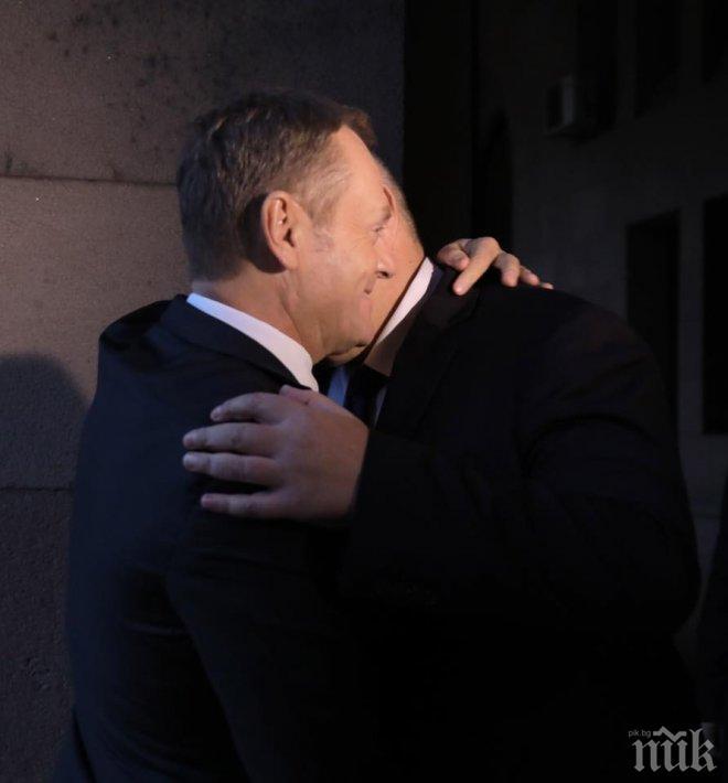 ИЗВЪНРЕДНО И ПЪРВО В ПИК! Борисов посреща първи гости от Европа в Народния театър (ВИДЕО/СНИМКИ)