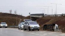 Кола се обърна по таван в София, карат по спешност пострадали в болница