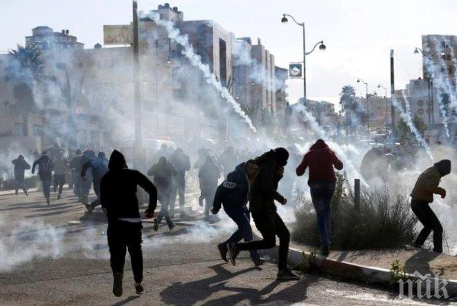 Хиляди палестинци се сблъскали с израелски военни