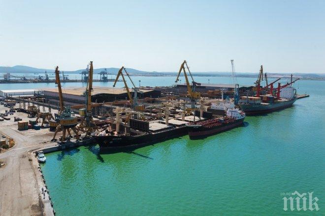 Силен вятър затвори пристанището в Бургас