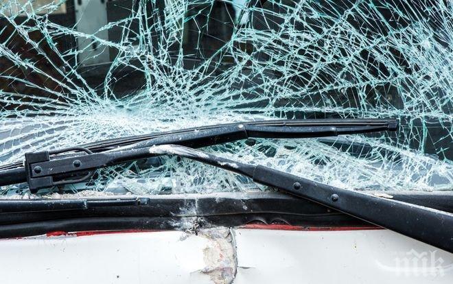 Тежко меле на пътя София-Варна! Бус и лек автомобил се удариха челно
