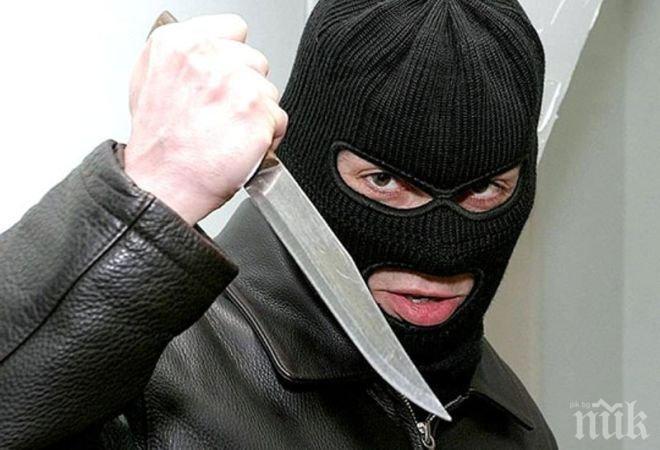 Бургазлия нахлу в автомивка и заплаши с нож: Ще те наръгам, давай парите!