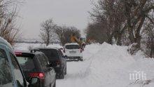 Ад в Добрич! Близо 90 населени места останаха без ток, затвориха пътя за Варна