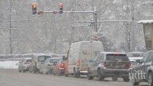 ВРЕМЕТО ПОЛУДЯ! Дъжд, а после сняг в цялата страна! В четири области се очакват поледици