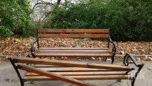 Вандали потрошиха пейките в Морската градина на Варна
