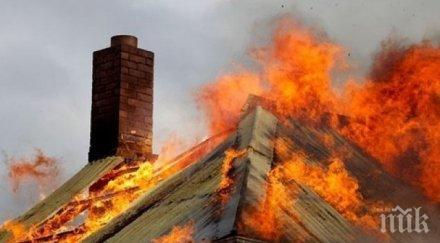 ИЗВЪНРЕДНО! Къща пламна в Карловско, вятърът разпалва огъня