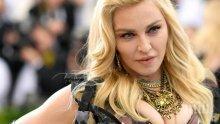 ВЕЧНАТА ПРОВОКАТОРКА! Мадона отново разголи ц*ци! Скри ги зад... (СНИМКА)
