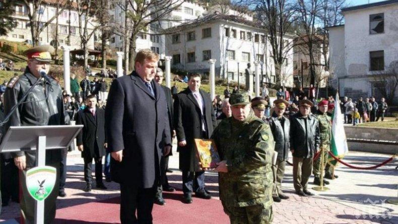 Каракачанов, доброволна казарма няма