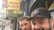 """Том Харди се разкраси с татуировка """"Лео знае всичко"""" в чест на... Ди Каприо (СНИМКА)"""