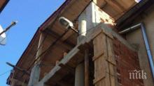 ГЕНИАЛНО! Цигани вградиха стълб от уличното осветление в новопостроена къща