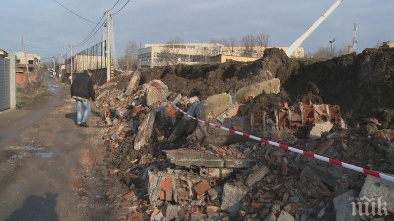 Рухналата ограда на гимназията в Хасково затрупала улица, по чудо се разминало без пострадали