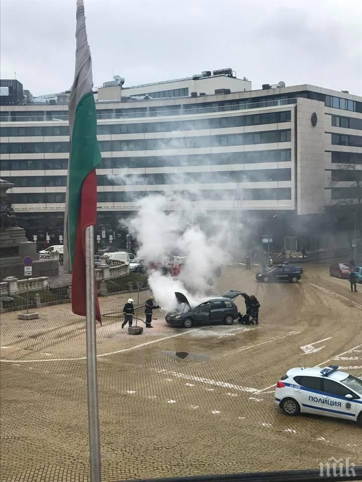 ОТ ПОСЛЕДНИТЕ МИНУТИ! Екшън пред парламента! Кола се запали, пожарната гаси (СНИМКА)