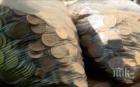 В ЗНАК НА ПРОТЕСТ! Пловдивчанка плати сметката си за телефон с шест килограма жълти стотинки (ВИДЕО)