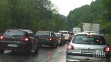 Вандали нашариха със спрей знаците на пътя София - Перник