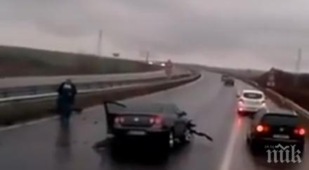 """ЗВЕРСКА КАТАСТРОФА НА """"ТРАКИЯ""""! Кола се разпадна на части (СНИМКА)"""