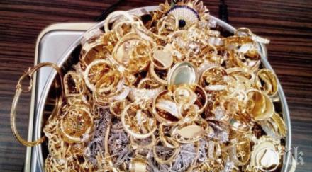 ЕЛДОРАДО! Митничари бръкнаха в гащите на румънка и извадиха тези златни накити