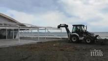 """Багер на плажа в Бургас! Бутат култово заведение, собственикът: Искат да оттегля жалбата за концесията, това е условието да оставят """"Фиеста"""" (СНИМКИ)"""